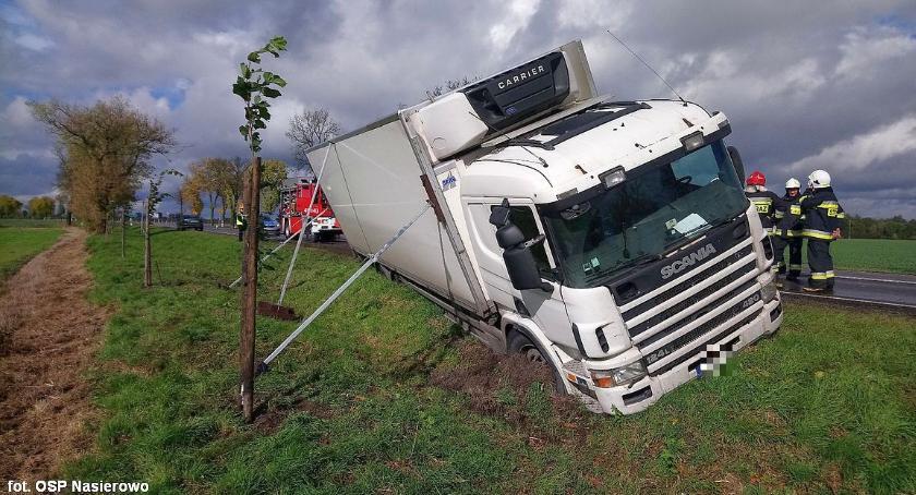 Wypadki drogowe, Wasze Scania rowie Ciechanowem Kierowca uniknął zderzenia autobusem (zdjęcia) - zdjęcie, fotografia
