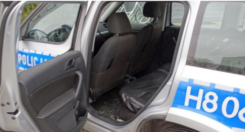 Pozostałe Zdarzenia, sąsiadów Zaatakowali policjantów uszkodzili radiowóz - zdjęcie, fotografia
