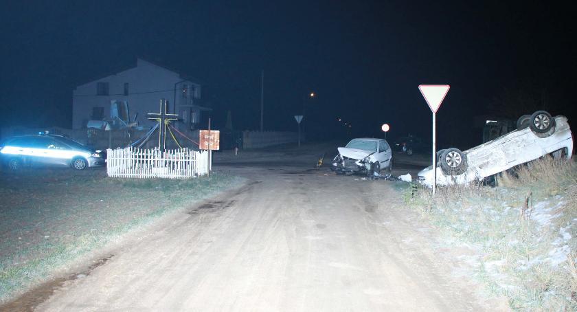 Wypadki drogowe, Zderzenie osobówek skrzyżowaniu Jedno dachowało - zdjęcie, fotografia