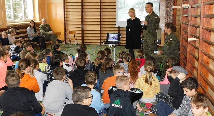 Edukacja, Uczniowie spotkali przedstawicielami Mazowieckiej Brygady Obrony Terytorialnej (foto) - zdjęcie, fotografia