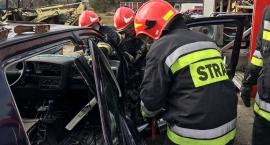 Wybicie szyb, odcięcie dachu, ewakuacja rannego (zdjęcia)