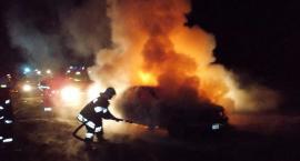 Mercedes zapalił się niedaleko Ciechanowa (zdjęcia)