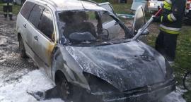 Samochód zapalił się w garażu niedaleko Ciechanowa (zdjęcia)