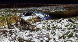 Opel wpadł do rzeki. Nie żyje kierowca