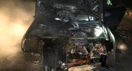 Osobowe Audi zapaliło się pod Ciechanowem (zdjęcia)