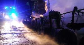Opel uderzył w naczepę ciężarówki. Wybuchł pożar (zdjęcia)